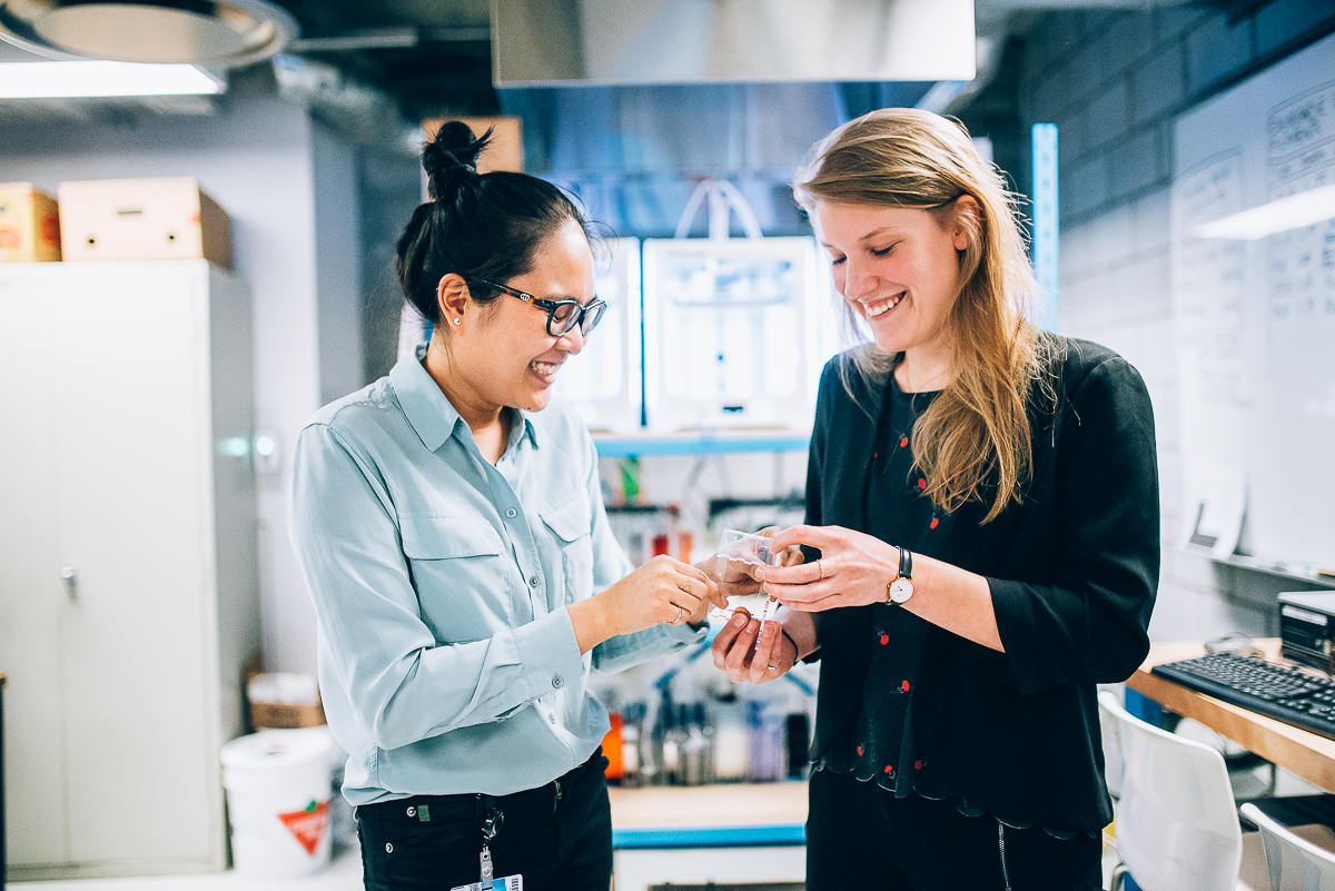 Deux femmes discutant des machines de Polyfab